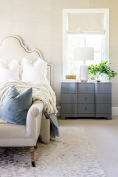 Modern farmhouse design integrates the standard with the brand-new makes any type of room extremely relaxing. Discover finest rustic farmhouse bedroom design ideas and style ideas. See the best designs! Farmhouse Master Bedroom, Cozy Bedroom, Home Decor Bedroom, Bedroom Furniture, Bedroom Ideas, Bedroom Modern, Bedroom Designs, Furniture Design, Furniture Layout
