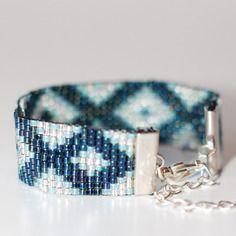 Bracelet manchette en perles tissées - motif losanges et triangles bleu et argent
