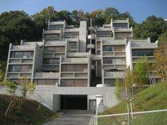 六甲の集合住宅Ⅰ・Ⅱ期(安藤忠雄) 六甲の集合住宅(神戸市、1983年)は、住戸の一部を斜面に沿ってセットバックさせることにより、建築物を急斜面の地形になじませるように配置している。 「六甲の集合住宅Ⅰ、Ⅱ期」(神戸市)は、緑豊かな急斜面に沿った規則的な格子状の空間構成の中にテラスや中庭的空間を配して、自然や眺望を活かした住戸を創出している。