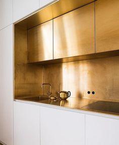 """275 curtidas, 10 comentários - @radardesign no Instagram: """"Pra quem gosta de luxo e sofisticação! #gold #kitchen #design #decor #homedecor #chic #getinspired…"""""""