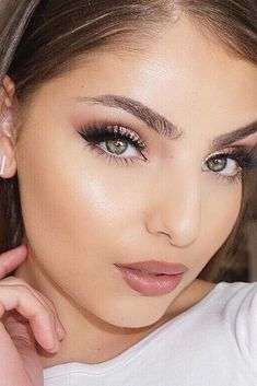 Natural eye makeup is something that every lady needs to wear on a regular basis. But when your favorite ideas become a little bit boring – worry not, we have a fresh set of ideas to replicate. Just follow our lead and you will always look fashionable and natural at the same time! #makeup #makeuplover #makeupjunkie #naturaleyemakeup