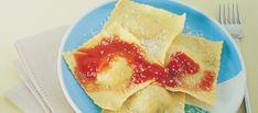 Con la farina, le uova e il sale preparate la pasta, lasciatela riposare mezz'ora e poi ricavatene due sfoglie sottili. In una padella lasciate...
