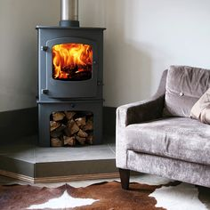 Wood burning stoves - expert guide on how to buy, how to install and how to use. advice to help you pick the right log burner or multi-fuel stove. Corner Log Burner, Wood Burning Stove Corner, Corner Stove, Log Burning Stoves, Freestanding Fireplace, Small Fireplace, Stove Fireplace, Fireplace Ideas, Foyers