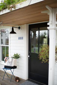 Best Modern Farmhouse Exterior Design Ideas - Page 38 of 75 Farmhouse Front Porches, Modern Farmhouse Exterior, Farmhouse Style, Barn Lighting, Exterior Lighting, Outdoor Lighting, Lighting Ideas, Cottage Lighting, House Lighting