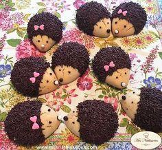 """Découvrez les recettes du blog """"Mesnathisseries"""" pour faire ces superbes petits hérissons en version biscuits et cupcakes. Trop beaux, c'est presque dommage de les manger.. De jolis biscuits hérissons tous mignons, bien ronds, croquants à souhait à servir avec une bonne tasse de café ou de thé...."""
