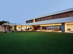 Gorgeous modern Johannesburg house with huge green lawn. By: Daffonchio & Associates Architects.