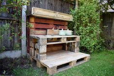 As summer draws to a close and autumn starts to creep in, I have the perfect make for you. How to make a mud kitchen out of pallets. Outdoor Play Kitchen, Diy Mud Kitchen, Mud Kitchen For Kids, Wooden Pallet Furniture, Wooden Pallets, Outdoor Furniture, Diy Toy Box, Outdoor Learning Spaces, Wood Projects For Kids
