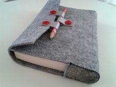 kalın gri renk keçeden yapılmış, kırmızı detaylı kitap kılıfının fotoğraflı yapım aşamalarına bakarak siz de kendinize zevkinize göre kılıflar yapabilirsiniz, 10marifet.org'da