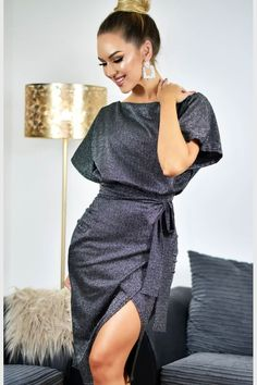 62f1acc1a617 Φόρεμα μίντι με ζώνη και άνοιγμα στο πλάι - Ασημί