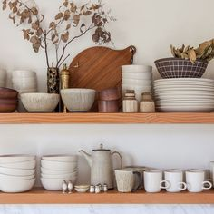 44 Inspiring Design Ideas for Modern Kitchen Cabinets - The Trending House Kitchen Shelves, Kitchen Dining, Kitchen Decor, Wood Shelves, Kitchen Styling, Floating Shelves, Kitchen Cabinets, Dining Room, Layout Design