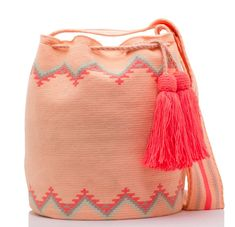 Exclusive SUSU Accessories collection Cross-body BUCKET Bags, handknitted by the most talented artisans of the Wayuu ethnicity in Colombia. Beginner Crochet Tutorial, Small Blankets, Different Stitches, Tapestry Crochet, Crochet Round, Crochet Handbags, Learn To Crochet, Hand Knitting, Hand Weaving