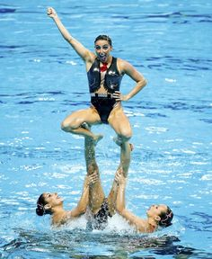 STRANGE SPORTS PIXS - SYNCHRONIZED SWIMMING - STRANGE LIFT FROM WATER SUPPORTED BY THREE OTHERS! - IS THIS REALLY A SPORT?