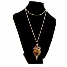 Huevo de codorniz con decoracion de metal y cristal y presentando un jaspeado más difuso que el moteado clasico. REF:HC130106 http://nartartesania.blogspot.com.es/