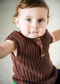 Baby ribvest samt sokker i Bumbo Cotton Knitting For Kids, Baby Knitting Patterns, Baby Patterns, Crochet Baby, Knit Crochet, Chrochet, Baby Barn, Baby Vest, So Creative
