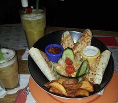 """Das Sausalitos - ein wunderbarer Treffpunkt für die Nacht. Mexikanische/ bzw Süd US-amerikanische Speisen, eine große Getränkeauswahl (Cocktails...), ein gemütliches Ambiente und Musik laden ein zum Treffen von Freunden. Hier sind """"Quesadillas"""" mit Kartoffelecken, Salsa, Sauerrahm, Salat sowie Cocktails zu sehen ;)"""