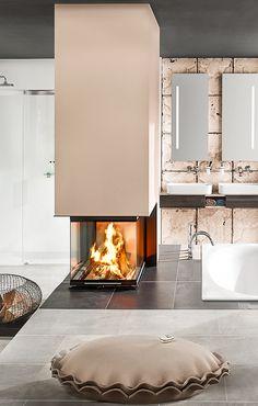 Sogar im Badezimmer ist ein moderner Panorama-Kamin ein Highlight für sich. Ungewöhnlich? Vielleicht. Aber wenn man an erholsame Momente neben einem so schönen Kaminfeuer denkt, wird aus ungewöhnlich wunderschön.