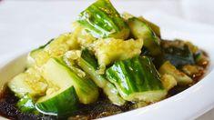 """拍黄瓜 [Pāi huángguā], wörtlich übersetzt """"geschlagene Gurken"""", sind eine beliebte Kaltspeise in China. Wie der Name schon gut verrät, werden hierbei die Gurken nicht geschnitten, sondern mit dem Messerrücken zerschlagen. Zerdrückte Gurken können besser die Aromen aufnehmen, als wenn man sie mit dem bloßen Messer zerschneidet"""