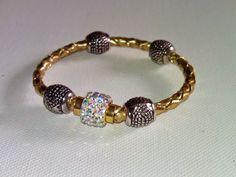 Pulsera Brazalete polipiel color dorado con abalorios plata y cierre magnético con diamantes de imitación...