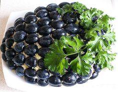 Оформление салата с маслинами