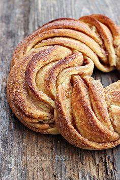 yum! cinnamon pull apart bread #food
