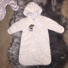 """Newborn snow bunting suit Gender neutral. Super soft material, with carseat buckle hole built in so no need to take off to get in the car. Mittens built in. """"Snow cute"""". I took the tags off but my baby never used it bc he got too big Carters Jackets & Coats"""