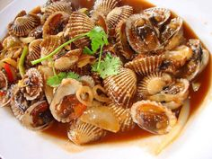 Clams with Oyster Sauce Vietnamese Recipes, Filipino Recipes, Vietnamese Food, Filipino Food, How To Cook Cockles, My Favorite Food, Favorite Recipes, Viet Food, Oyster Sauce