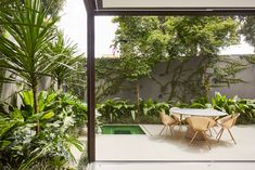 built by Brazilian architect Flavio Castro of FCstudio for himself Box House is a home that can be fully opened to the outdoors thanks to movable walls. Flavio Castro, Urban Home Decor, Movable Walls, Tropical Garden Design, Futuristisches Design, Sliding Wall, Patio Interior, Wall Boxes, Modern Tropical