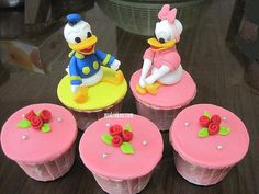 Daisy et Donald Duck Disney Cupcakes Donald Duck Cake, Donald Duck Party, Donald And Daisy Duck, Daisy Duck Party, Daisy Cupcakes, Yummy Cupcakes, Cupcake Art, Cupcake Cakes, Diy Party Food