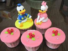 Daisy et Donald Duck Disney Cupcakes Donald Duck Cake, Donald Duck Party, Daisy Duck Party, Donald And Daisy Duck, Daisy Cupcakes, Yummy Cupcakes, Cupcake Art, Cupcake Cakes, Diy Party Food