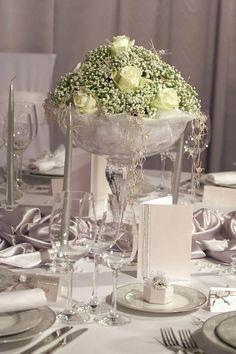 Moderne Silberhochzeit Deko, mit weißen Rosen und silberfarbigen Dekoartikeln. Lasst euch von unserer großen Bildergalerie inspirieren!