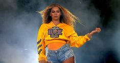Beyonce Knowles Photos - Beyonce Knowles performs onstage during 2018 Coachella Valley Music And Arts Festival Weekend 1 at the Empire Polo Field on April 2018 in Indio, California. - 2018 Coachella Valley Music And Arts Festival - Weekend 1 - Day 2 Coachella Festival, Beyonce Coachella, Coachella Makeup, Concert Tickets, Festival Looks, Festival Make Up, Kelly Rowland, Candace Parker, Black Women