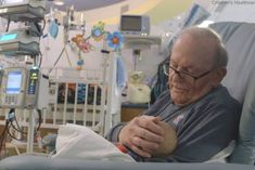 'ICU Grandpa' sings 'You Are My Sunshine' to a baby Youtube Sensation, Cute Baby Photos, Preemie Babies, Baby Sling, New York Post, Spread Love, Faith In Humanity, You Are My Sunshine, Snuggles