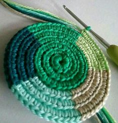 🎅🏻🤶🏻: arte em crochê - Salvabrani - image for you Learn how to create the Crochet Bead Stitch. The bead stitch is similar to a puff stitch but it is worked around a double crochet next to it instead. Coasters vintage coastal look - Salvabrani Mode Crochet, Diy Crochet, Crochet Crafts, Crochet Projects, Crochet Motifs, Tunisian Crochet, Crochet Stitches, Crochet Squares, Crochet Granny