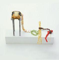 Iris Bodemer – Neckpiece 2004  Gold 750, citrine, peridot, coral, pearls, wool