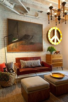 Peace sign light and exposed brick. Salon Mid-century, Home Theather, Living Room Designs, Living Spaces, Living Rooms, Bedroom Designs, Mid Century Living Room, Piece A Vivre, Style At Home