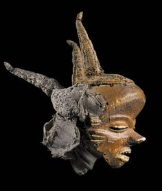 Pende, Democratic Republic of Congo, mask mbuya jia kifutshi Pumbu kind of wood, raffia, vegetable fibers, fragments of mirrors and pigments, 55 cm, Royal Museum of Central Tervuren