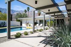 Palm Springs Home Tour - Midcentury Architecture and Interior Design - Cool and Collected Modern Landscaping, Pool Landscaping, Palm Springs Mid Century Modern, Palm Springs Style, California Cool, Southern California, Spring Home, Steel House, Mid Century Modern Design