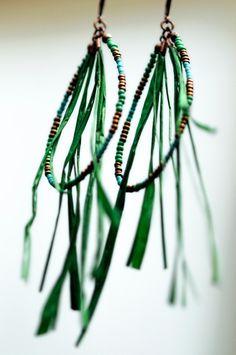 BOHEMIAN / Dormeuses gypsie en raphia et perles de rocaille. Disponibles en deux coloris. Série limitée. / Boho earrings with raffia and beads. Available in two colors. Limited edition. © Bazaroïde