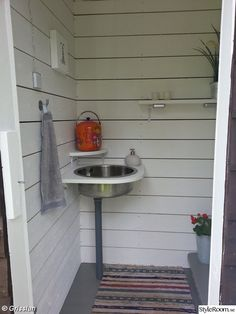 Outdoor Toilet, Outdoor Sinks, Outdoor Bathrooms, Red Cottage, Cottage Style, Garden Shed Interiors, Sweden House, Red Houses, Composting Toilet
