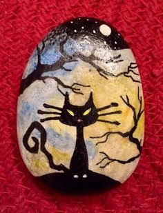 Painted Rock Ideas - Do you need rock painting ideas for spreading rocks around your neighborhood or the Kindness Rocks Project?Painted rocks have become one of the most addictive crafts for kids and adults! Pebble Painting, Pebble Art, Stone Painting, Halloween Rocks, Halloween Crafts, Spooky Halloween, Stone Crafts, Rock Crafts, Halloween Painting