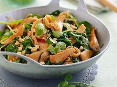 Spinat-Hühnchen-Pfanne mit Koriander und Nüssen Rezept | EAT SMARTER