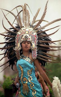 Dancer / Bailarina by Nestor Botta - Aztec girl in San Miguel de Allende, Mexico Cultures Du Monde, World Cultures, Maya, We Are The World, People Around The World, Chicano, Aztec Costume, Mexican Heritage, Aztec Warrior