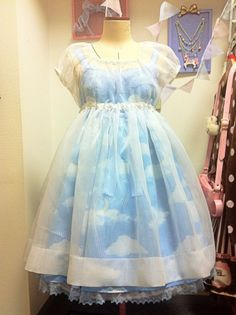 there are very VERY FEW lolita dresses i like. this one is beautiful