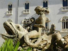 Viaggio in città e a Ortigia, il cuore storico, un dedalo di strade e storie su un'isola collegata alla terraferma da tre ponti. Questa è Siracusa, vista nei suoi particolari illuminanti e fotografata da Alessandro Loschiavo