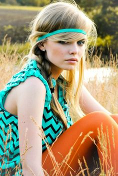 coiffure hippie, bandeau bleu, regard profond, beauté naturelle