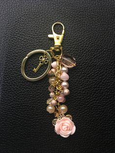 Llaveros Wire Jewelry, Jewelry Crafts, Beaded Jewelry, Jewelery, Handmade Jewelry, Cute Keychain, Jewelry Accessories, Creations, Jewelry Making