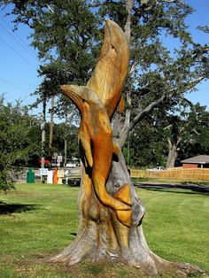 Dolphins tree carving by Marlin Miller, a man who out of his love of carving and from his kind heart, went around all the areas where Katrina destroyed trees and carved them into these wonderful sculptures. Chainsaw Carvings, Wood Carvings, Tree Sculpture, Sculptures, Tree Stumps, Tree Carving, Tree Trunks, Unusual Art, Wooden Art