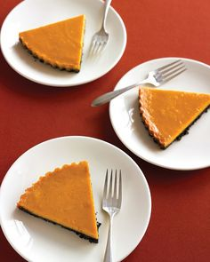 Cocolate Pumpkin Tart Chocolate flatters the sweetness of pumpkin in this sophisticated alternative to pumpkin pie. A rich layer of melted chocolate keeps the crust crisp. Brownie Desserts, Oreo Dessert, Mini Desserts, Coconut Dessert, Pumpkin Dessert, Sugar Pumpkin, Dessert Healthy, Pumpkin Pumpkin, Fall Desserts