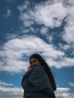 inst: photo on sky background photo inspo photo inspiration girl Creative Portrait Photography, Portrait Photography Poses, Photography Poses Women, Tumblr Photography, Teenage Girl Photography, Instagram Pose, Cool Pics For Instagram, Shotting Photo, Cute Poses For Pictures