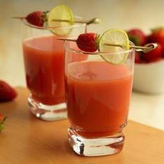 Jugos Para Quemar Grasa y perder peso: Ingredientes: • ½ limón • 1 taza de fresas • 1 toronja pequeña • 1 cucharada de miel • 3 cubos de hielo Forma de preparar: • Con el extractor obtenga el jugo al limón y el de la toronja. • Cuando ya los tenga, póngalos en la licuadora y agregue las fresas y la miel. • Licue todo muy bien para evitar que queden grumos, luego, coloque el hielo.
